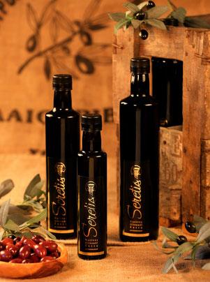 Lagern Sie Ihr Olivenöl stets gut verschlossen an einem dunklen Ort. Bitte nicht im Kühlschrank aufbewahren, dort wird es trüb und grießig (nimmt bei Zimmertemperatur wieder seine ursprüngliche Konsistenz an).