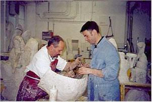 Andreas Jaun und Al'Leu arbeiten an einem Gipsnegativ