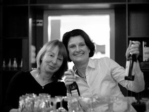 Heike Müller und Ina  Bärschneider vom Löwen-Movies Verein in Wandlitz beim  Getränkeausschank