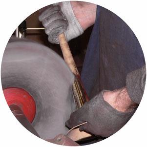 Im ersten Arbeitsschritt der Hochglanzpolitur wird an der Maschine vorpoliert.
