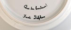 Dédicace calligraphiée personnalisée sous la pièce en porcelaine.