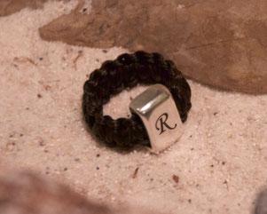 Flach geflochtener Pferdehaar Ring mit Gravur