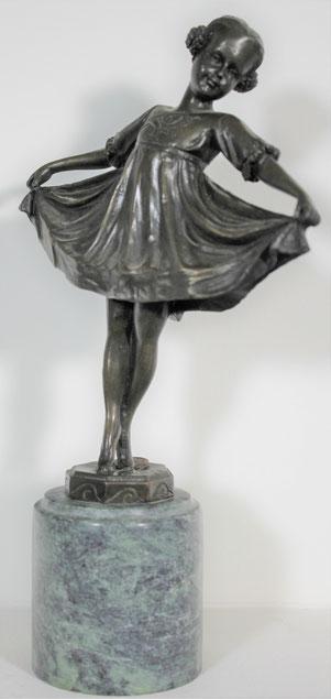 te_koop_aangeboden_een_bronzen_beeld_van_een_meisje_met_jurk_op_een_marmeren sokkel
