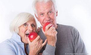 """Zahnersatz bedarf einer besonderen Pflege. Lesen Sie hier wie man die """"Dritten"""" optimal pflegen kann. © drubig-photo - Fotolia.com"""