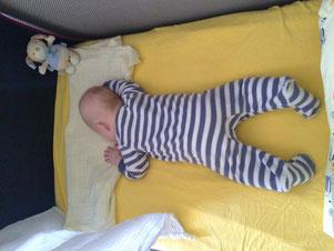 Das Schlaf auf dem Bauch war nur von kurzer Dauer.