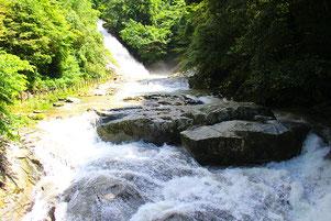 """""""男滝""""といわれるほど水量豊富な「観音の滝」(日本の滝百選)"""
