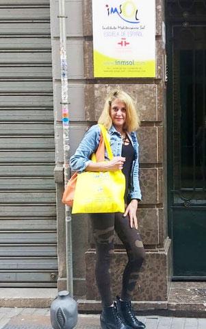 Eva vor der Sprachschule in Granada