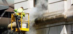 Denkmalgeschützte Fassaden werden mit Heißwasser-Hochdruckreinigern schonend gesäubert und anschließend gegen Nässe und Frostschäden imprägniert