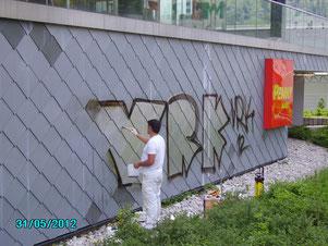 Mit Graffitischutz sind auch Eternit-Fassaden leichter zu reinigen
