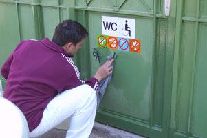 Briefkästen, WC Anlagen, Gardarobekästen, Garagentore, Schaltschränke ...  unser Graffitischutz schützt Eisen oder lackierte Metalledauerhaft. Graffiti können einfach mit getränkten Tüchern weggewischt werden.