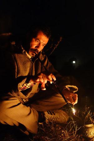 Aziz fumant une sorte de pipe