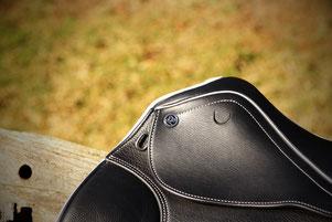 Deuber-Sattel Cadence in schwarz mit weißem Keder, Detailansicht vorne