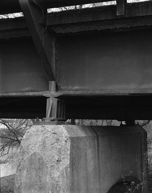 Abgebröckelter Beton am oberen Ende des Pfeilers Nr. 1 am beweglichen Lager unterhalb des südlichen Hauptträgers, Blick nach Nordwesten