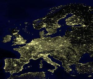 Europa bei Nacht aus dem All. Die Lichtpunkte in dicht besiedelten Gebieten visualisieren die Bevölkerungsdichte