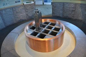 Schwedisches Lagerkonzept KBS-3 für abgebrannten Kernbrennstoff: Uranbrennstäbe im Stahlrahmen, innerhalb eines FSW-Kupferbehälters, Bentonit und 500 m tiefem Gestein