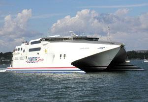 Katamaran-Autofähren von Condor Ferries befördern bis zu 750 Passagiere und 180 Autos zwischen der englischen Südküste, Frankreich und den Kanalinseln