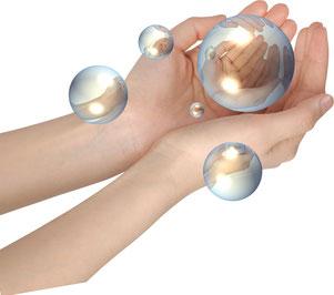 Hände tragen achtsam Kugel/Seifenblasen