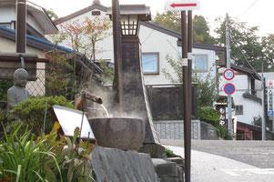 湯田坂と花見新道の分岐点。手洗いも温泉