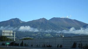 ② 朝日の中の浅間山を眺めて…