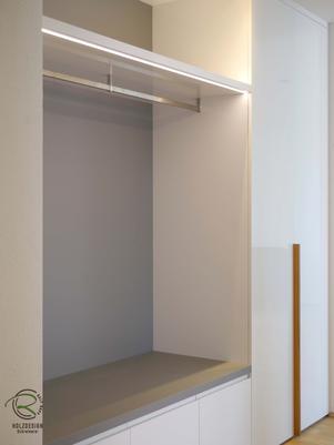 Garderobennischenschrank nach Maß in weiß Hochglanz mit offener Garderobennische in staubgrau u. Hutablage indirekt beleuchtet mit Schuhschrank u. Schubladen flächenbündig in Wandnische eingelassen
