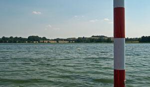 """Blick vom inmitten des Sees unter Wasser steil aufragenden Lehm-Schluff-Berg (lu, kalkhaltig) """"Steinbank"""" od. auch """"Vogelinsel"""" genannt, in Richtung Kalkhausberg & Moosberg"""
