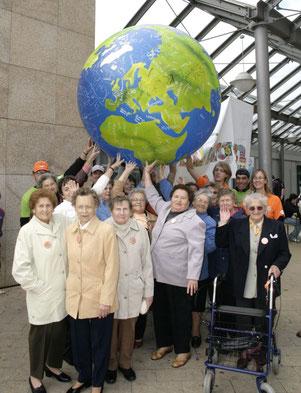 """Westhagenerinnen """"tragen"""" symbolisch 2008 die Welt in ihren Händen"""