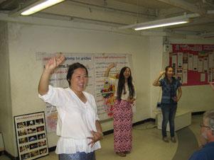 Thailändisch-Lehrerinnen zeigen den Loy Krathong Tanz