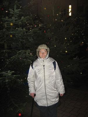 """Sigrid Wille """"dick eingepackt"""" vor einem Weihnachtsbaum"""