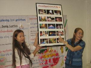Schulleiterin Yai beim Vorstellen des Loy Krathong Festivals
