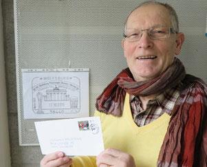 Wolfgang Heuberger mit einer CVJM-Briefmarke