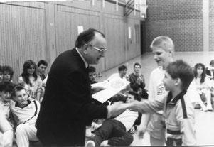 Oberbürgermeister Werner Schlimme bei einer Siegerehrung in Westhagen