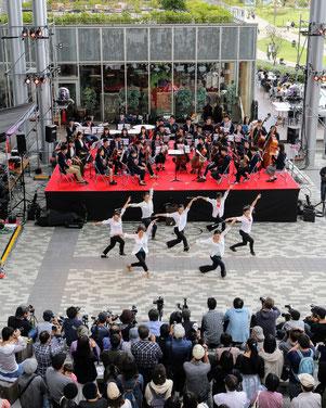 オープニングを飾ったバトントワリング部と交響楽団のコラボステージ