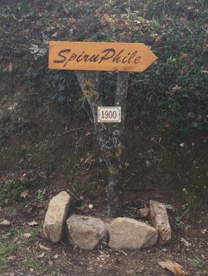 Panneau SpiruPhile à l'entrée de la propriété