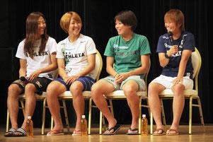 なでしこジャパンのトークショーが開催された。(左から)大儀見優季選手、永里亜紗乃選手、熊谷紗希選手、田中明日菜選手=12日夜、ホテル日航八重山