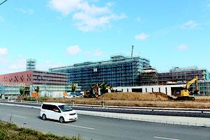 本体工事を終え、建物の全景が見える新県立八重山病院。10月開院を目指し、工事が急ピッチで進められている=3月1日、旧石垣空港跡地