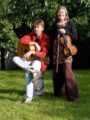 Der Gitarrist Matthias Koitsch und die Geigerin Heike Prange