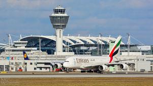 Airbus A380 von Emirates vor dem Münchner Tower