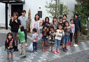 「こんなに大きなおいもがとれたよ!」10月26日にみんなでお芋堀りに行きました。
