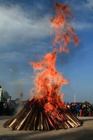 Das Holz, aus dem hier die Flammen des Gartenstadt-Osterfeuers schlagen, wartet bereits ein halbes Jahr darauf, Hunderte Besucher zu erwärmen. Foto: GSW/oeg