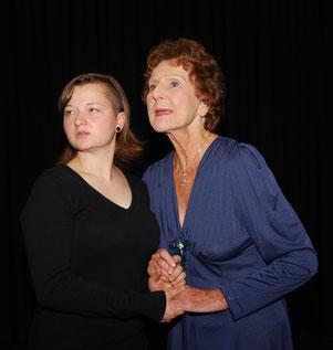 Birte Hellwig (links) als Sophie Johnson & Irmgard Sen Gupta als Charlotte Bergman