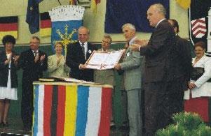 Die Bürgermeister Dr. Frèrot und Paul Scherer unterzeichnen die Partnerschaftsurkunde