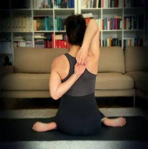 Gomukhasana, das Kuhgesicht. Diese Yogahaltung fördert die Beweglichkeit von Schulterbereich und Hüften.