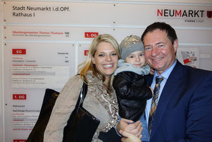 Oberbürgermeister Thomas Thumann mit Gattin Carolin und Tochter Valentina; Foto: Dr. Franz Janka