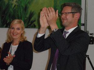 Christian Wegner überreicht Carsten Wewers einen Strauß Blumen