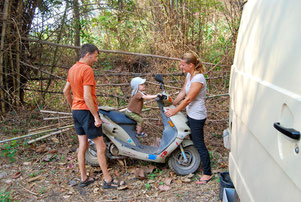 Eliah freut sich sehr über mein Moped :)