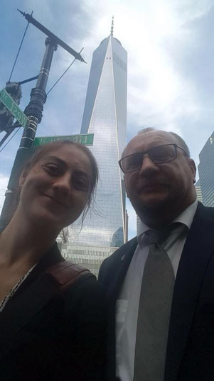 Am Ground Zero mit Alina Saran vom Konsulat - im Hintergrund das 1 WTC