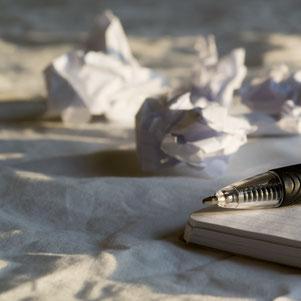 Texte schreiben lassen kann entlasten und Zeit sparen - Zerknülltes Papier