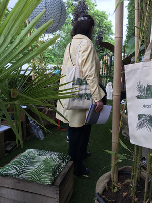 "Une journaliste avec le sac ""Kit presse Archi'Tendances"" - salon Jardins Jardin 2018"