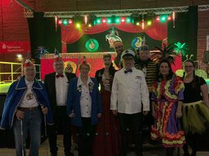 """Für Lukas Huwig (links) und Jens Bauer (rechts), beide Mitglieder des Elferrates, war der Auftritt der saarländischen Karnevalsgruppe """"Die Konsorten"""" eindeutig der Höhepunkt des Abends. Das fanden auch Frank Schmidt u. Dr. C. Lehberger"""