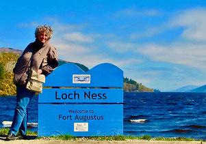 Hanni vor dem aufgewühlten, dunklen Loch-Ness-See